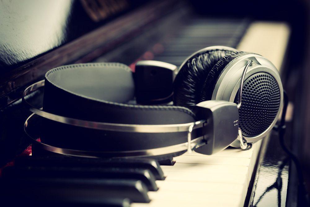 Lautstärkeregelung und Kopfhörer. (Bild: Antonio Gravante / Shutterstock.com)