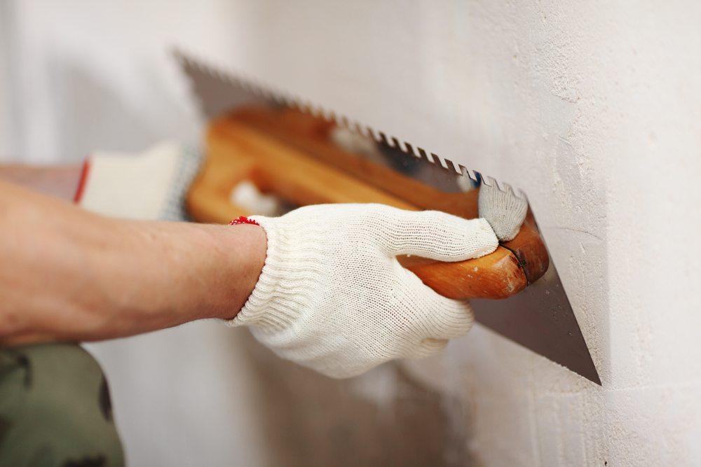 Die Schadensbehebung bei feuchten Wänden ist nicht immer einfach und sollte vom Experten unterstützt werden. (Bild: Yellowj / Shutterstock.com)