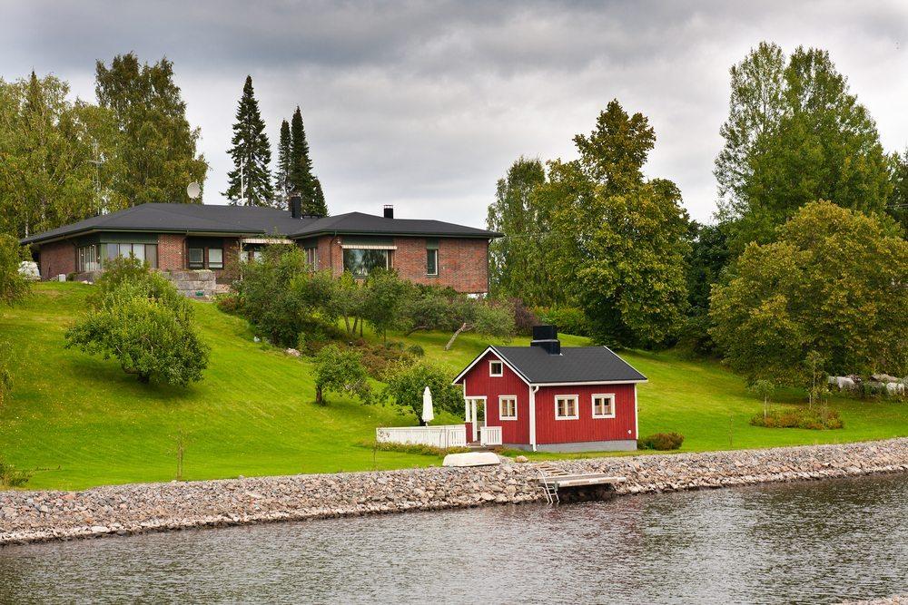 Gartensauna auf eine Rasenfläche. (Bild: Tom Plesnik / Shutterstock.com)