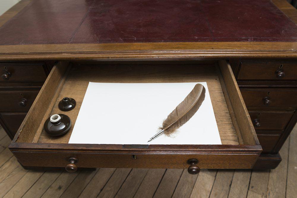 Schreibtisch und Schubladen zur Aufbewahrung der Dokumente. (Bild: Nando Machado / Shutterstock.com)