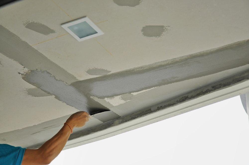 Stuckornamente oder Bordüren können eine Zimmerdecke aufwerten. (Bild: Gubgib / Shutterstock.com)