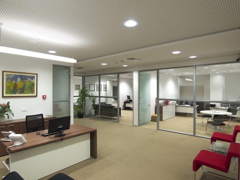 Trennwandsysteme können so beispielsweise teilverglast sein (Bild : Basileus / Shutterstock.com)