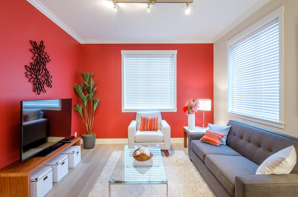 Beim Einrichten von grossen Räumen spielen Accessoires und Wandfarbe eine wichtige Rolle. (Bild: Ppa / Shutterstock.com)