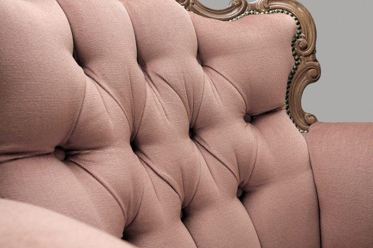 Derzeit werden antike Stücke gern mit einem modernen Polstermöbel kombiniert. (Bild: © Reicher - fotolia.com)