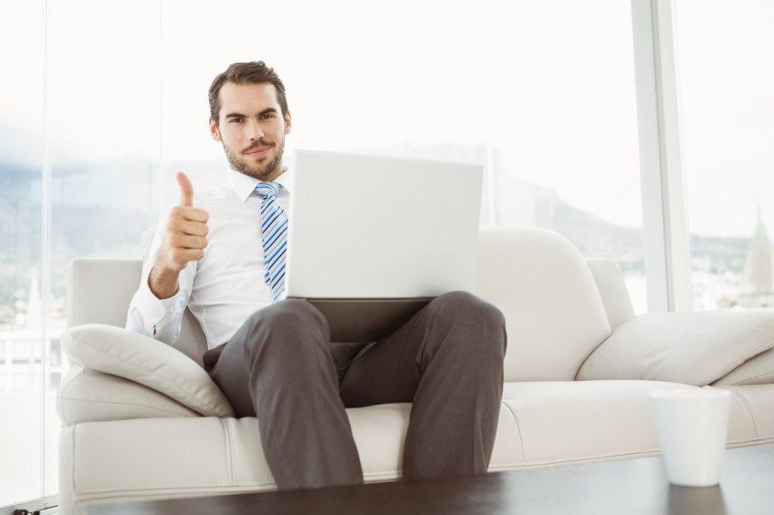 Mit der geeigneten Möblierung wird das Wohnzimmer gleichzeitig zum Büro. (Bild: © WavebreakMediaMicro - Fotolia.com)