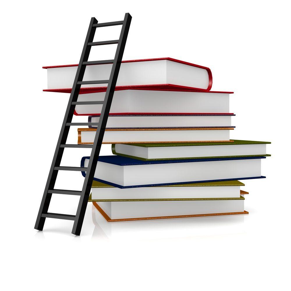 Bücherregal über mehrere Etagen. (Bild: Tang Yan Song / Shutterstock.com)