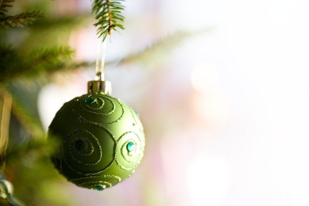 Christbaumkugeln aus Glas und Kunststoffkugeln sorgen Weihnachten für Harmonie oder setzen als Trend-Kugeln moderne Akzente. (Bild: Kati Molin / Shutterstock.com)