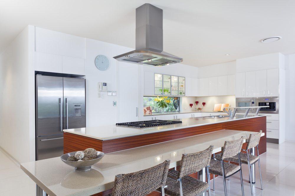 Ob Abluft- oder Umluftdunstabzugshaube ihren Platz in einer Küche finden, hängt vom individuellen Anspruch an Luftqualität und Funktionalität ab. (Bild: EPSTOCK / Shutterstock.com)