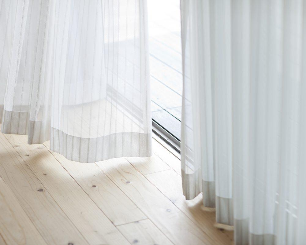 Mit trendigen Vorhänge, Gardinen oder Plissees kommen Frische und Gemütlichkeit in Haus und Wohnung. ( Bild: sukiyaki / Shutterstock.com)