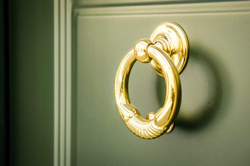 Eine Haustür muss guten Schallschutz und Dämmeigenschaften aufweisen und dank ihrer Füllung Stabilität besitzen. (Bild: FooTToo / Shutterstock.com)