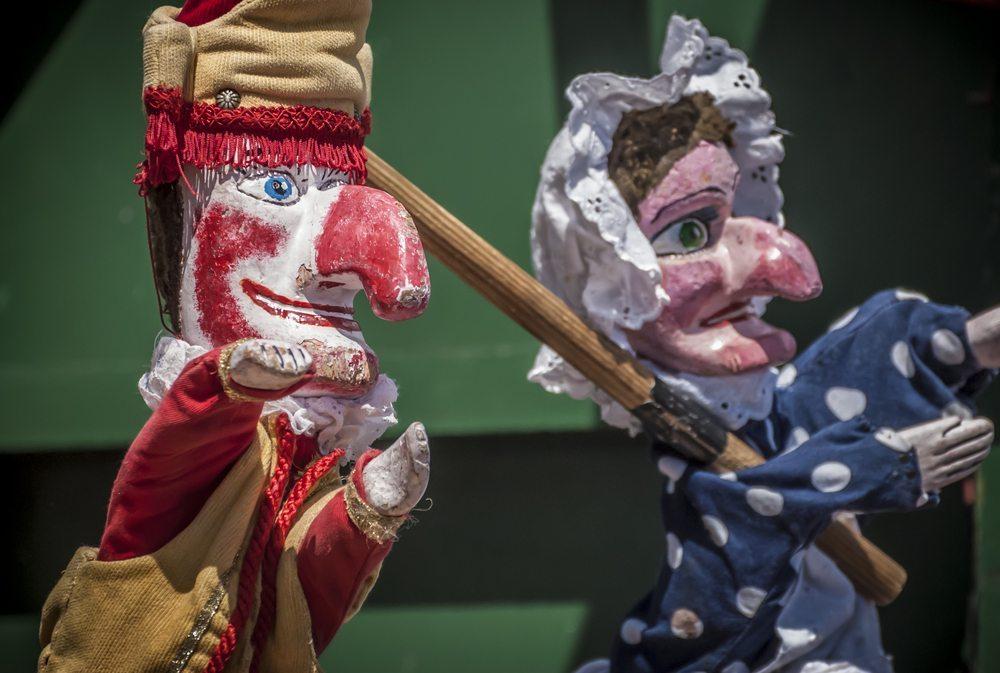 Ein Kaspertheater mit selbstgemachter Bühne und Kasperpuppen aus Pappmaché ist ein Rollenspiel-Klassiker fürs Kinderzimmer. (Bild: Marbury / Shutterstock.com)