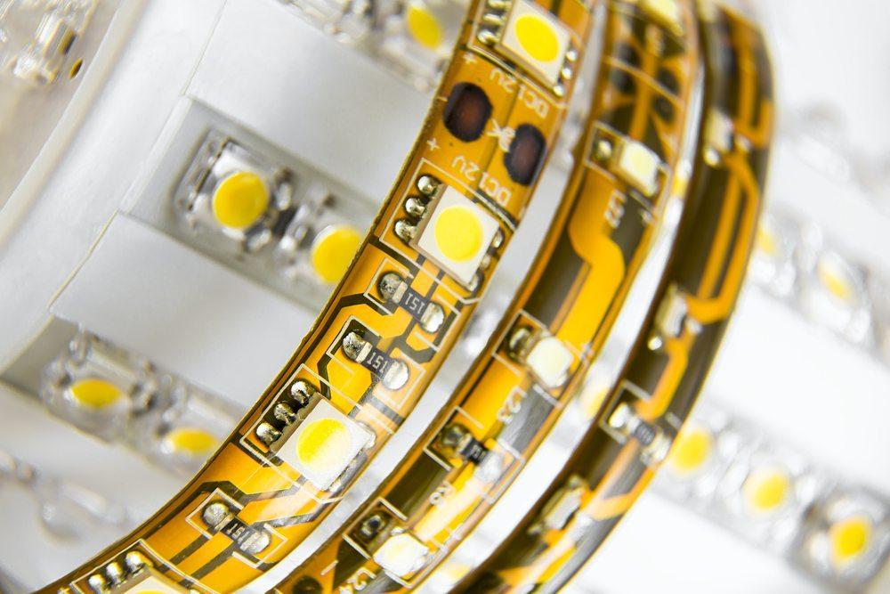 Mit LED-Leuchten lassen sich viele Möbel sehr gut illuminieren. Auch Farbwechsel sind in der Regel kein Problem. (Bild: ludinko / Shutterstock.com)