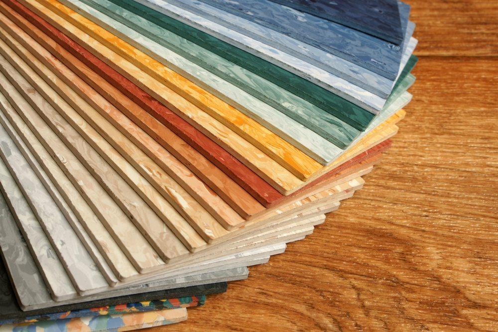 Linoleum ist strapazierfähig und trittfreundlich und steht für Nachhaltigkeit und moderne Dekore. (Bild: Olga Popova / Shutterstock.com)