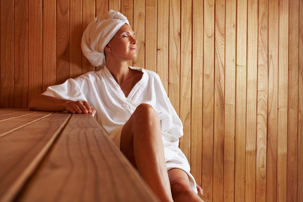 Mehr Ausgeglichenheit und Entspannung im Alltag geniessen. Platz nehmen und wohlfühlen in der eigenen Sauna. (Bild: Robert Kneschke / Shutterstock.com)