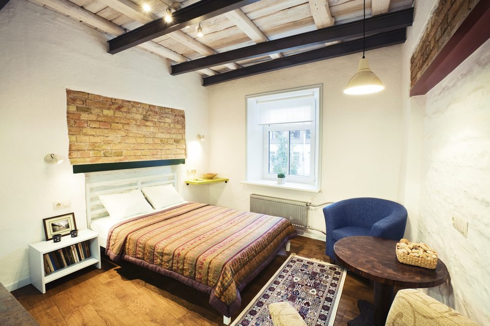 Wer sich an der Gestaltung von Hotelzimmern orientiert und entsprechende Möbel anschafft, kann bei seinen Besuchern punkten. ( Bild : Dinga / Shutterstock.com)