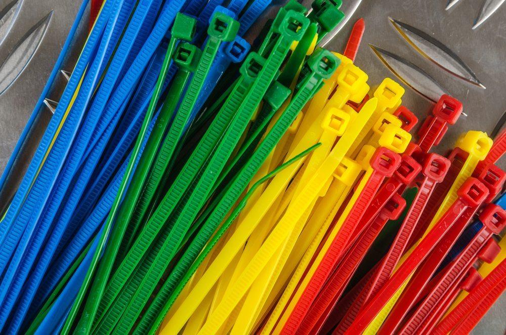 Einfachste, preisgünstigste und oft auch schnellste Variante ist der Einsatz von Kabelbindern. (Bild: © Igor Sokolov - shutterstock.com)