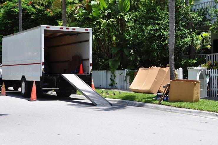 Die vorherige Entrümpelung alter Möbel spart beim Umzug Geld. (Bild: © Chuck Wagner - shutterstock.com)