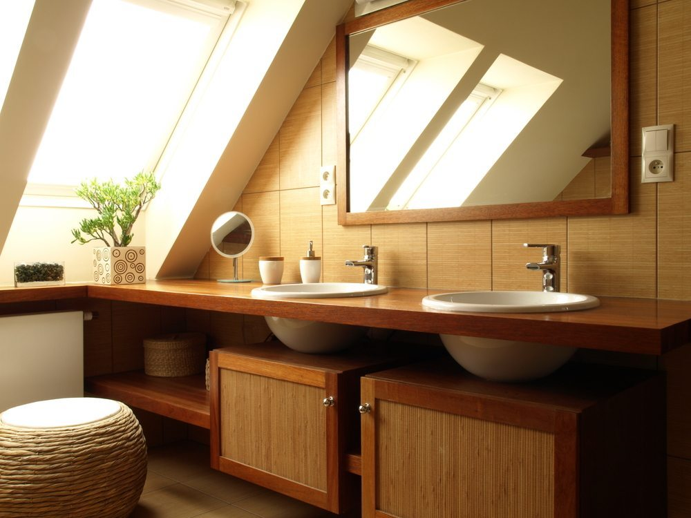 Badezimmer verdeckt der Waschtisch-Unterschrank die Abflussrohre und ...