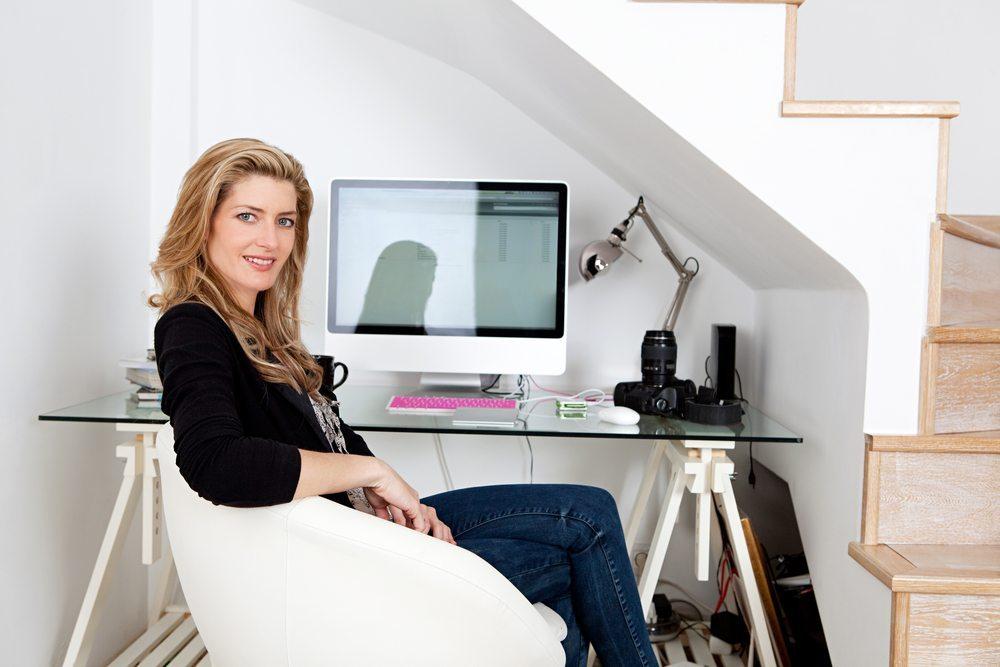 Immer mehr Selbstständige arbeiten als Freelancer am heimischen Büro-Arbeitsplatz. (Bild: MJTH / Shutterstock.com)