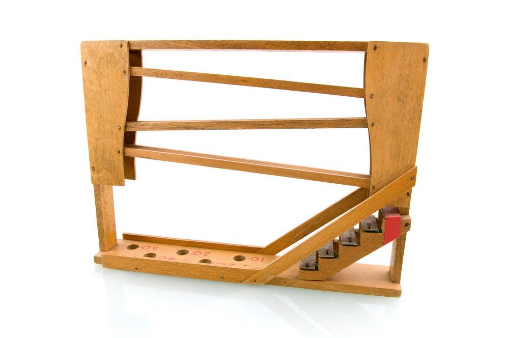 Eine Murmelbahn aus Kunststoff oder Holz ist ein Kunstwerk, das Konzentration und Feinmotorik fördert. (Bild: Alina Bakker / Shutterstock.com)