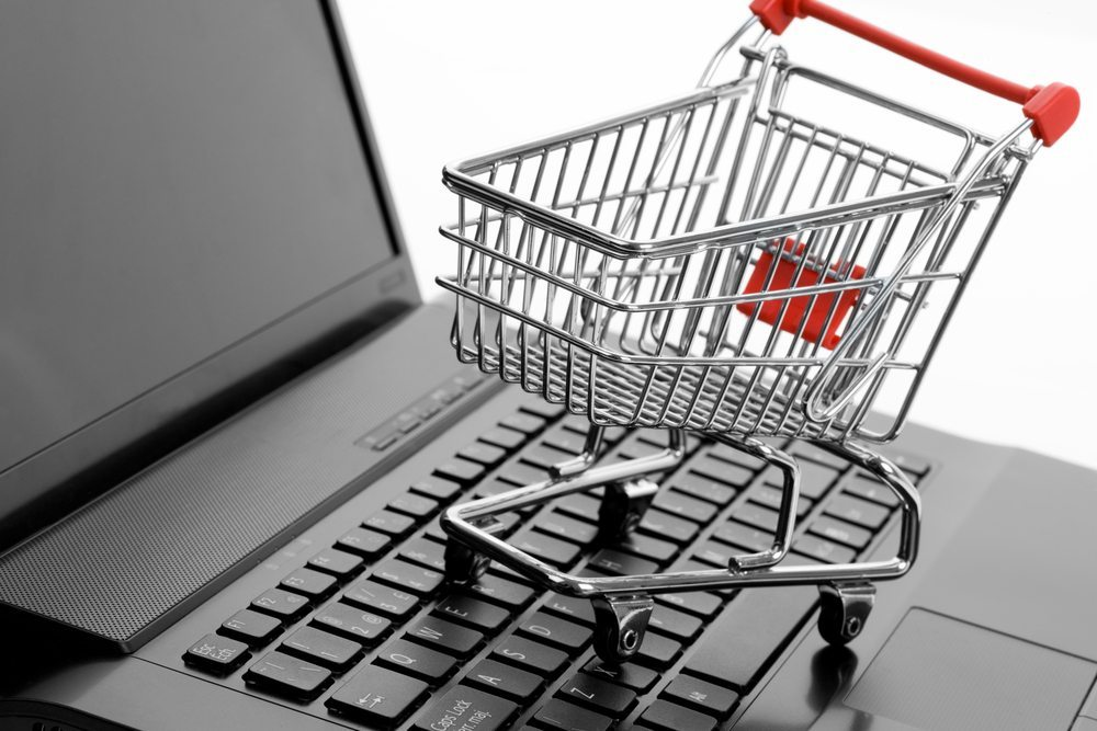 Bei einem Online-Möbelkauf sollte auf ein paar grundlegende Dinge geachtet werden, damit der Kauf über das Internet kein Reinfall wird. (Bild: Feng yu / Shutterstock.com)