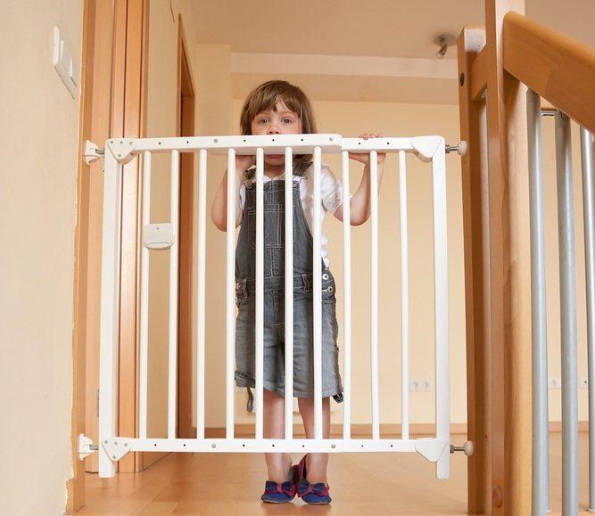 absperrgitter an treppen und t ren damit ihr baby sicher ist. Black Bedroom Furniture Sets. Home Design Ideas