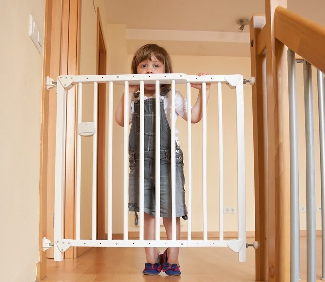 Treppengitter erfordern eine sichere Befestigung. (Bild: © Daria Filimonova - shutterstock.com)
