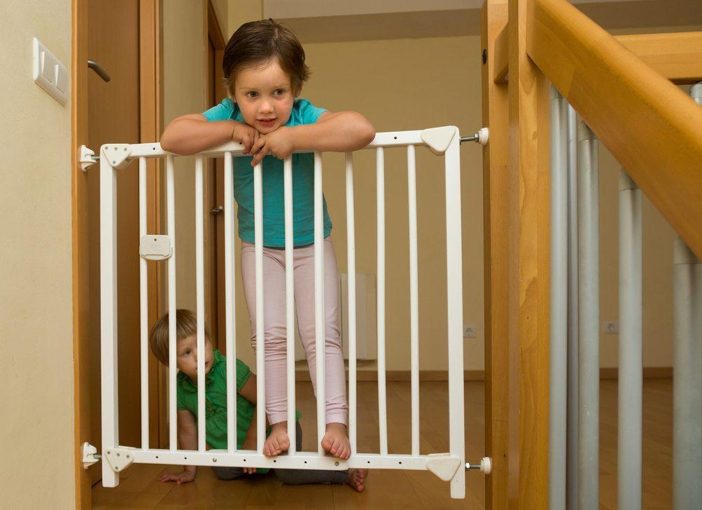Machen Sie Ihre Wohnung mit Sicherheitsartikeln kindersicher! (Bild: Iakov Filimonov / Shutterstock.com)