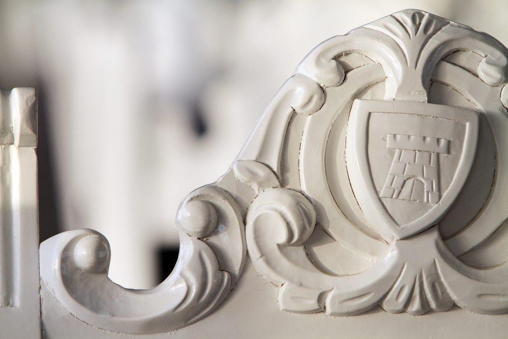 In den Lack eingearbeitete ornamentartige Prägungen liegen voll im Trend. (Bild: © Gabriel Georgescu - shutterstock.com)
