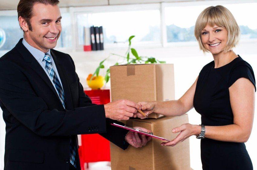Wer es finanziell einrichten kann, engagiert für den Umzug einfach ein Umzugsunternehmen.  (Bild: © stockyimages - shutterstock.com)