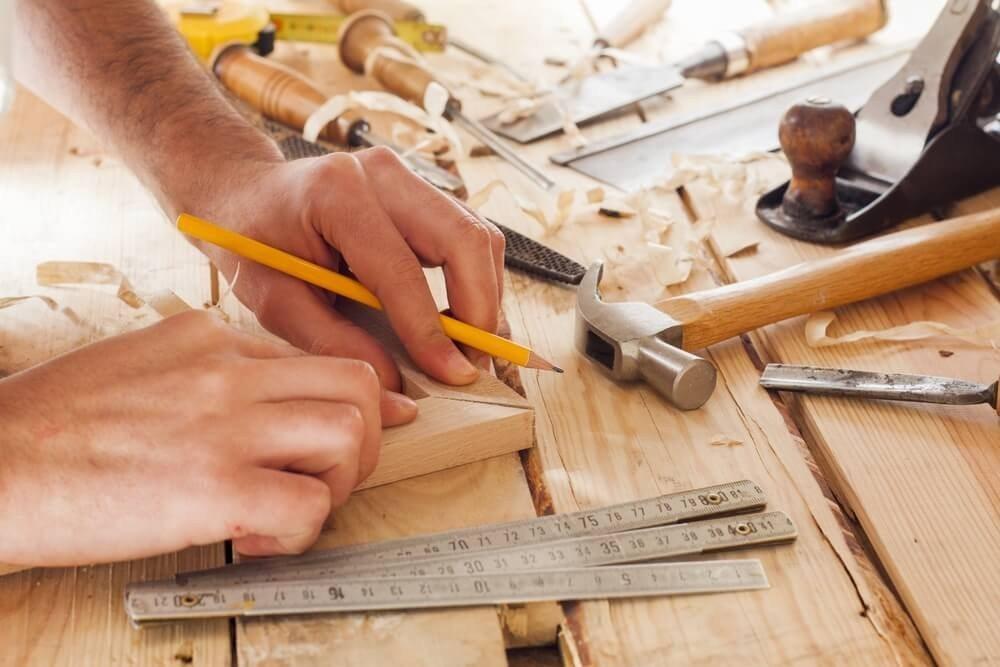 Mit ein wenig handwerklichem Geschick können auch Sie aus so manchem Regal einen praktischen Schrank machen. (Bild: © Carlos andre Santos - shutterstock.com)