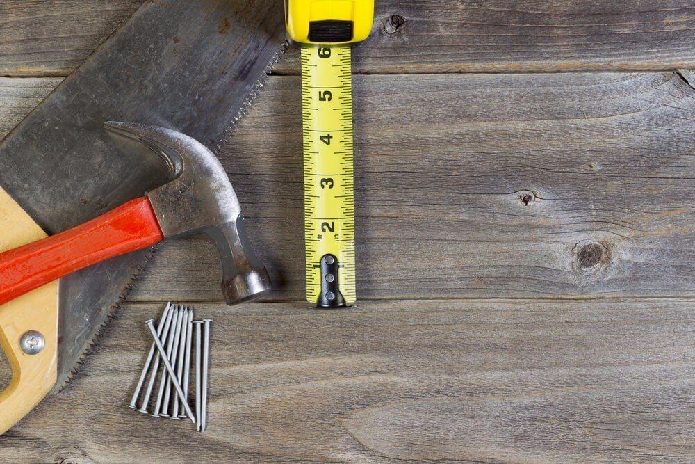 Auch Hobbyhandwerker können Dielenböden reparieren oder restaurieren. (Bild: © tab62 - shutterstock.com)