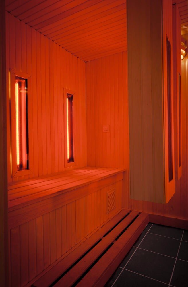 Die Wärmeenergie in der Kabine wird von speziellen Infrarotstrahlern erzeugt. (Bild: © Peter Dedeurwaerder - shutterstock.com)