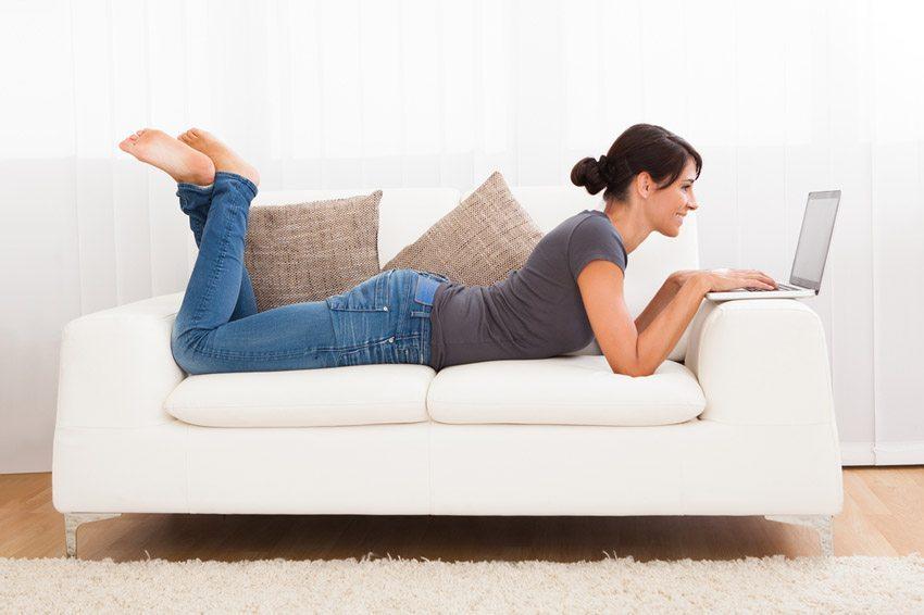 Ein Sofa muss nicht nur gut und gemütlich sein, sondern auch zum Typ passen. (Bild: Andrey_Popov / Shutterstock.com)