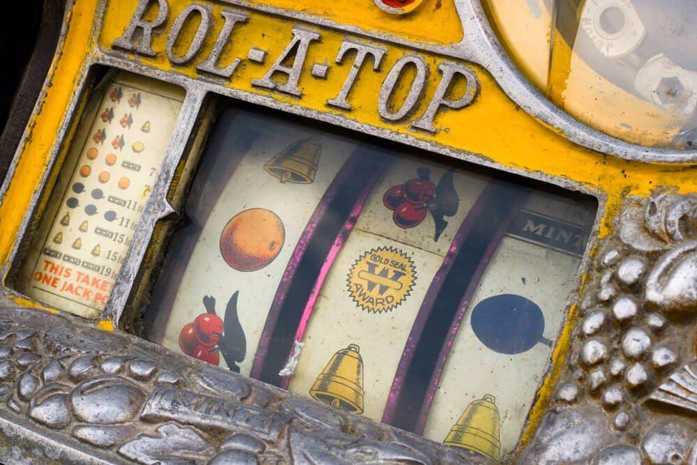 Nicht nur bei Sammlern und jungen Leuten sind Spielautomaten auch häufig in der Wohnumgebung anzutreffen. (Bild: © VanderWolf Images - shutterstock.com)