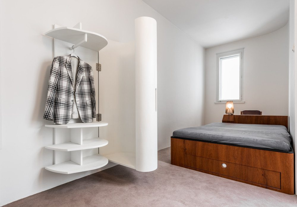 Mit den Wandmöbeln bleibt der Boden frei, lässt sich einfacher säubern und pflegen. (Bild: foamfoto / Shutterstock.com)