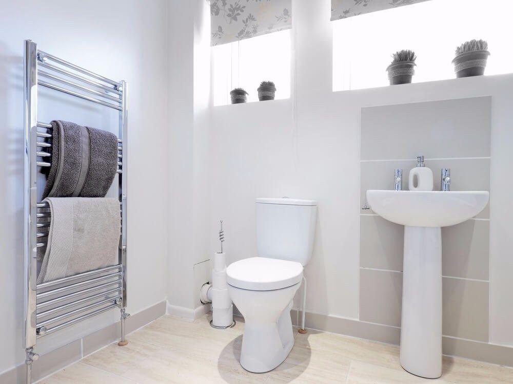 Achten Sie darauf, dass Badhandtücher ausgetauscht werden, bevor der Besuch eintrifft. (Bild: © David Hughes - shutterstock.com)