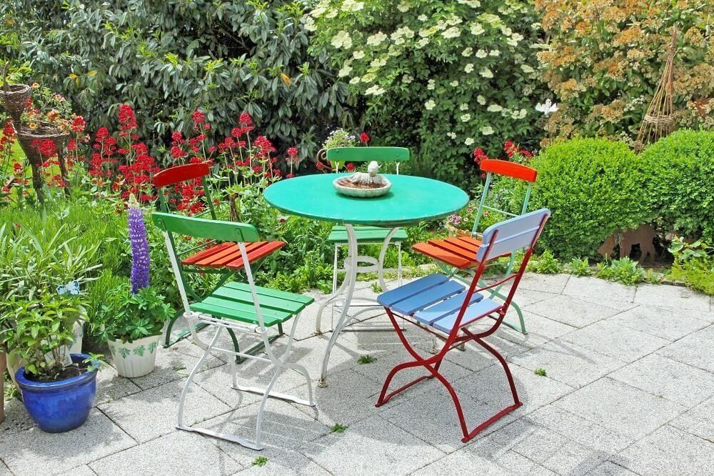 Eisenmöbel sind meist in runden Formen gestaltet, so dass sie ein romantisches Ambiente im Garten versprühen. (Bild: © Juergen Faelchle - fotolia.com)