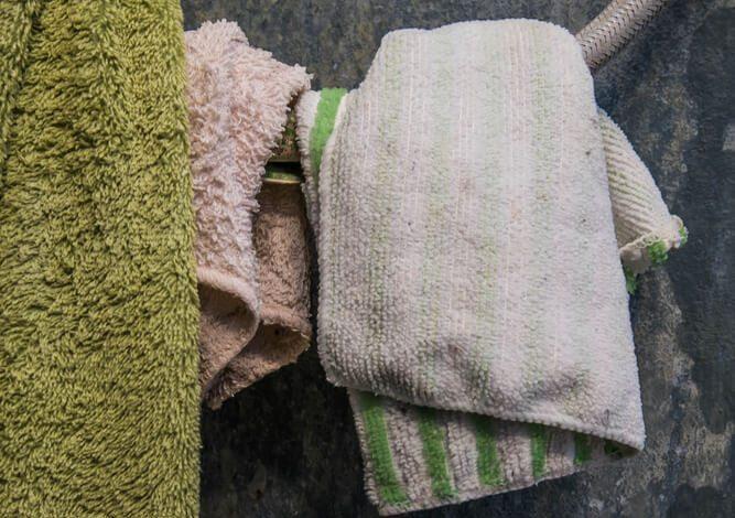 Eklig: schmutzige, nasse Lappen im Wohnungsbereich. (Bild: © Sasin Paraksa - shutterstock.com)