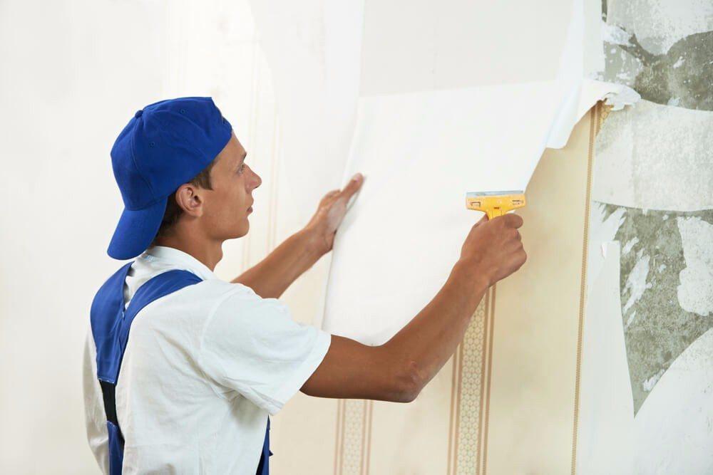 Profis raten immer zum Entfernen der alten Tapete vor dem Anbringen einer neuen. (Bild: © shutterstock.com)