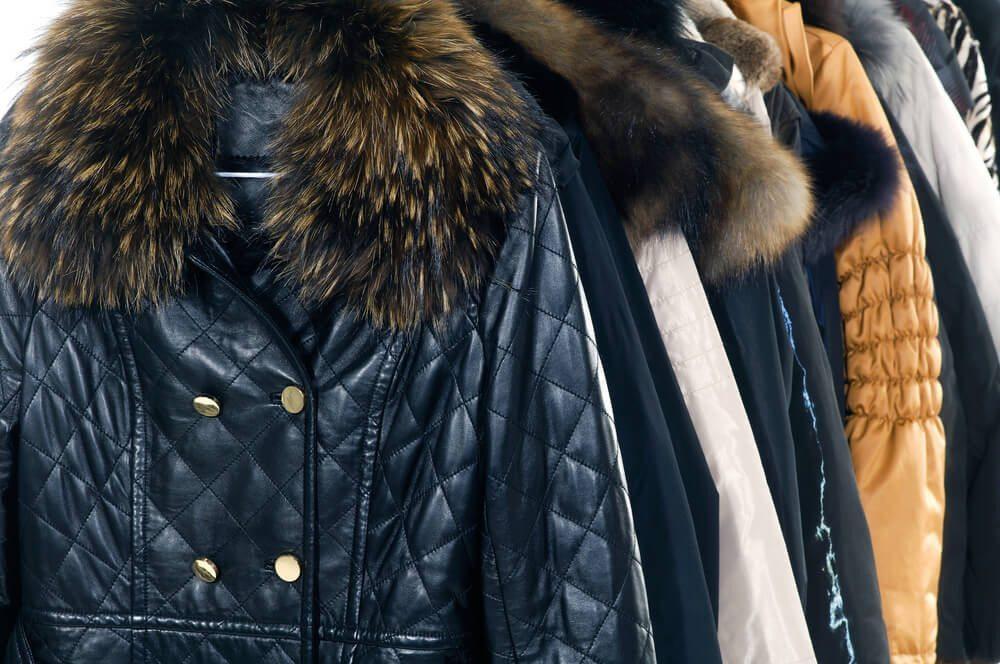 Winterkleidung zur Sommerzeit an der Garderobe? Geht gar nicht! (Bild: © hifashion - shutterstock.com)