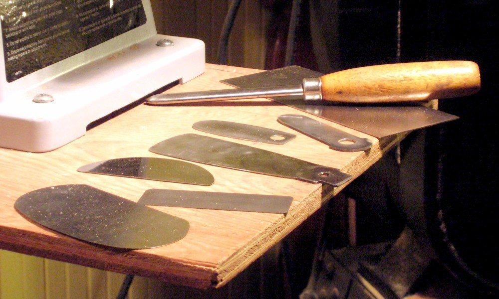 Die Ziehklinge ist aus einem Stück dünnen Federstahls gefertigt. (Bild: © Just plain Bill - CC BY-SA 3.0)
