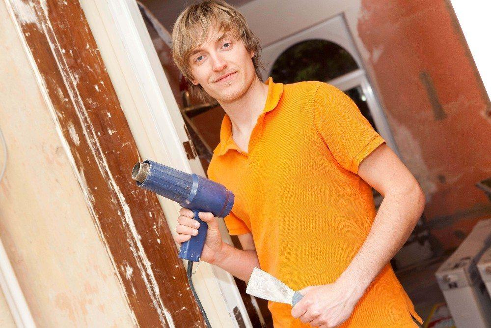 Durch den Einsatz von Heissluft aus einem Gebläse wird die alte Lackschicht erwärmt und weicht auf. (Bild: © Kristin Gründler - fotolia.com)