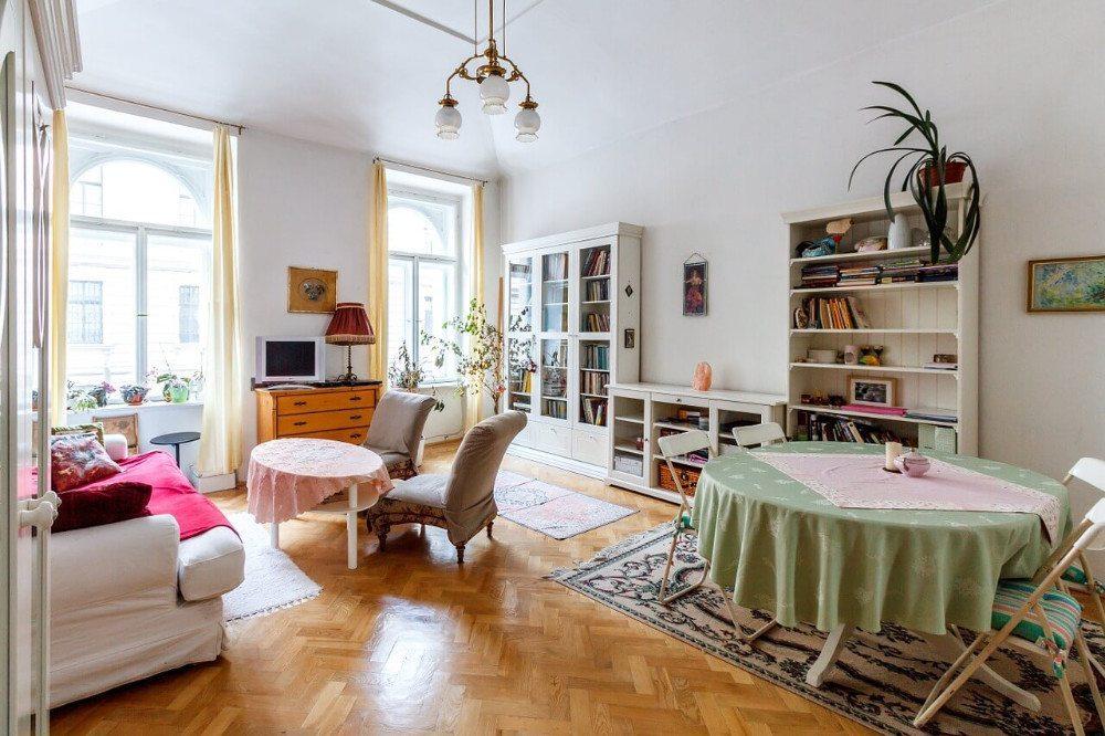In kleinen Räumen sind praktische Möbel ein Muss. (Bild: © podlesakpetr - pixabay.com)