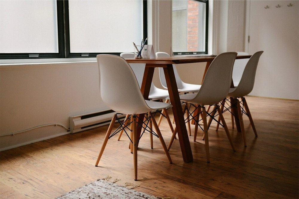 Je mehr Bodenfläche sichtbar ist, desto grösser erscheint die Fläche. (Bild: © Unsplash - pixabay.com)