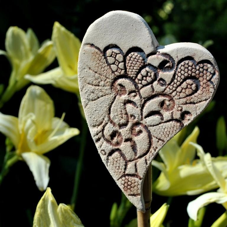Gartendeko aus Keramik sind schöne Hingucker. (Bild: © Landhausidyll-Gartenkeramik.de)