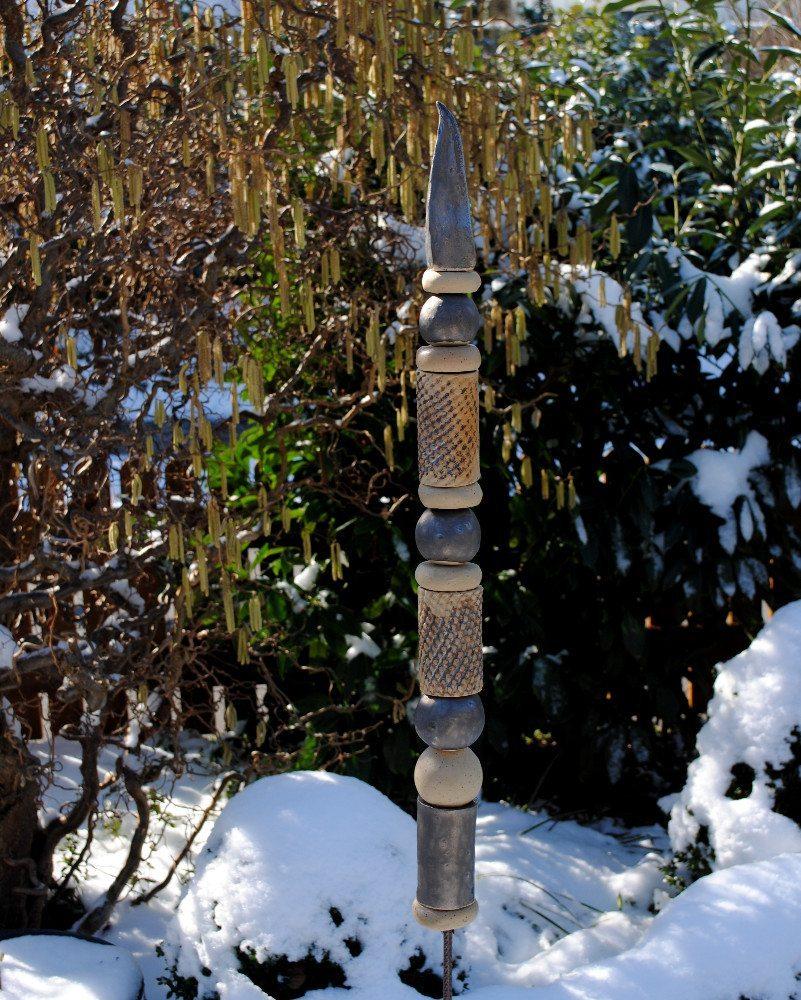 Winterfeste Ware darf ganzjährig im Garten bleiben. (Bild: © Landhausidyll-Gartenkeramik.de)