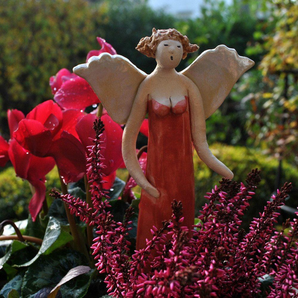 An Gartenkeramik kann man das ganze Jahr über Freude haben. (Bild: © Landhausidyll-Gartenkeramik.de)