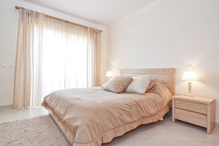 Vorhänge sind für eine schöne Wohnungseinrichtung unverzichtbar. (Bild: © sergojpg - fotolia.com)