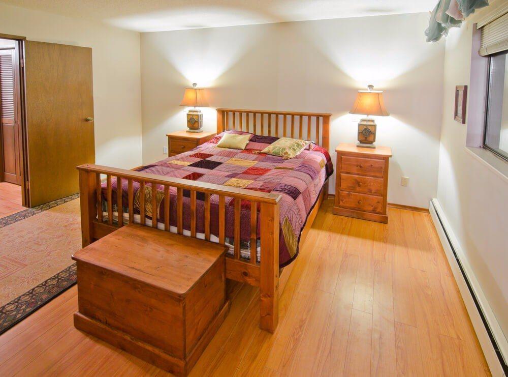 Klare und minimalistische Designs sind bei der Schlafzimmergestaltung absolut gefragt. (Bild: © romakoma - shutterstock.com)